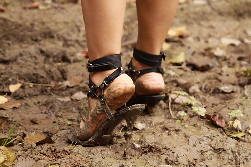 how to clean wet muddy shoes