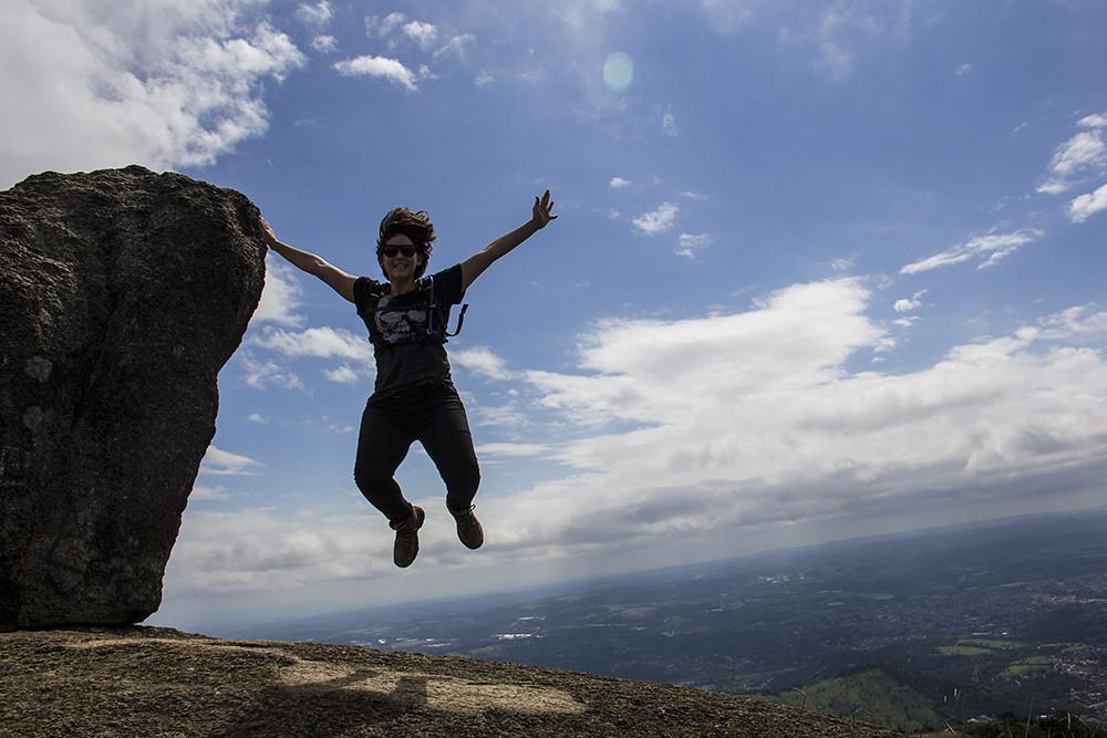 Trilha da Pedra Grande - no topo da pedra da pedra, Carolina Kina pulando