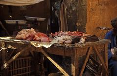 gypten 1999 (213) Im Souk von Luxor (Rdiger Stehn) Tags: afrika gypten egypt nordafrika 1999 winter urlaub dia analogfilm scan slide 1990er 1990s obergypten sdgypten aad diapositivfilm analog kbfilm kleinbild canoscan8800f canoneos500n 35mm luxor menschen leute stadt strase suq basar markt misr