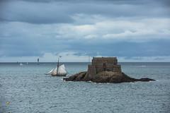"""Au large de Saint-Malo....""""Explore"""" (De l'autre ct du mirOir...) Tags: bateau mer extrieur bretagne breizh brittany fr france french nikon nikkor saintmalo labaiedesaintmalo 35 ctesbretonnes lactedemeraude 7002000mmf28   lerenard robertcharlessurcouf illeetvilaine explore"""