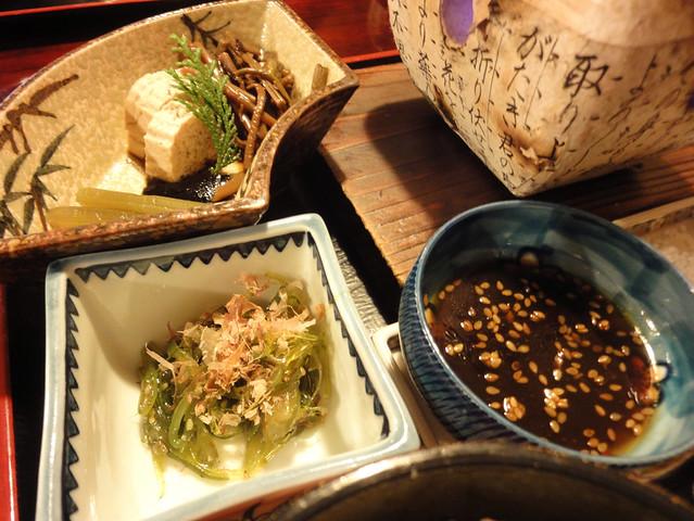 付いてくる煮物椀や小鉢も、基本は郷土料理であり、単なる添え。|銀風亭