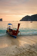 Coucher de soleil en Thalande (SebastienToulouse) Tags: voyage sunset mer soleil phiphi bangkok thalande ciel seb nuage bateau vague plage crepuscule sandrine ville thailande aonang provincedekrabi