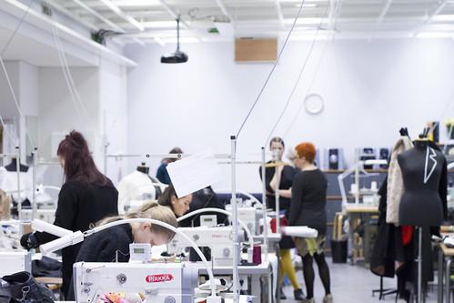 Opiskelijoita tekstiili- ja muotialan tiloissa.