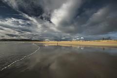 Paseos al borde del mar...... (T.I.T.A.) Tags: sky playa galicia cielo nubes verano tita reflejos alanzada playadelalanzada lalanzada carmensolla