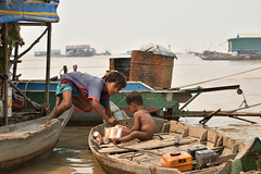 DSC_6699 (Omar Rodriguez Suarez) Tags: smile boat kid cambodia nio camboya