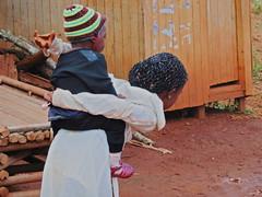 Maedchen traegt ihren kleinen Bruder, Babouantou
