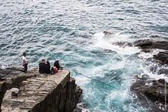 Pcheurs aux Cinque Terre (Italie) (Adeline Morel Photographie) Tags: mer nature danger terre cinque rochers risque pche pcheurs ocan mouvement