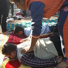 هر کسی در این پیاده روی اربعین هرکاری که برایش مقدور باشد انجام می دهد حتی اگر ماساژ کمر و پای زائران خسته امام حسین باشد.  #سفرنامه_پیاده_روی_اربعین_1393