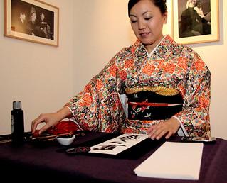 Madoka-Kubota, Profesora de Caligrafia Japonesa que participaba en la inauguraci+¦n