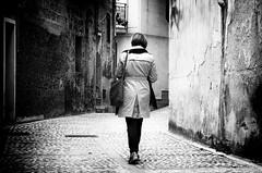 Tracolla, pashmina e via [Explore n. 54 - 9/05/2016] (encantadissima) Tags: donna porte pashmina vicolo agrigento bienne tracolla impermeabile sambucadisicilia quartierearabo nikond7000 borgopibelloditalia2016
