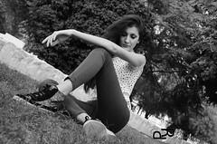 Modella donna (patimoraffaella) Tags: bw sexy alberi book donna colore foto arte natural moda natura sguardo jeans le sorriso piante prato bianco nero bruna pelle scarpe ragazza inglese aperta passione fotografica mora rossetto posa liscia modella giacca allaperto allaria tshrt patimo