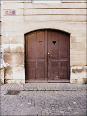 Heart door, Rue de l'Eveche, Geneva (Wagsy Wheeler) Tags: door wood switzerland design wooden suisse heart geneva geneve cut shape woodendoor suiss ruedeleveche
