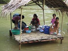 """Vaisselle sur la rivière <a style=""""margin-left:10px; font-size:0.8em;"""" href=""""http://www.flickr.com/photos/83080376@N03/15537624688/"""" target=""""_blank"""">@flickr</a>"""