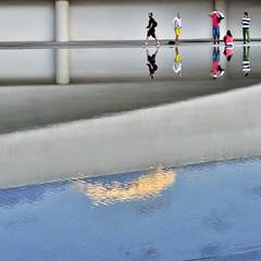 The sky below them (Nespyxel) Tags: sky people valencia reflections mirror spain cielo calatrava riflessi opticalillusion specchio ciudaddelasartesylasciencias geometrie simmetry simmetrie nespyxel cittadelleartiedellescienze stefanoscarselli feometries