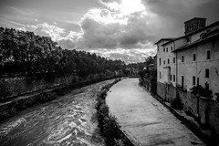 Tiber Island (Markus Kolletzky) Tags: autumn bw italy cloud white black rome roma water backlight river island view cloudy wideangle tiber rom skyglory