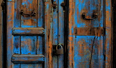 [ Chiuso - Closed ] DSC_0571.3.jinkoll (jinkoll) Tags: door old blue abandoned paint lock sicily aged palermo padlock sicilia decadence varnish