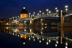 Toulouse de nuit, Haute-Garonne, Midi-Pyrénées (lyli12) Tags: france monument nikon lumière reflet pont toulouse nuit urbain hautegaronne midipyrénées poselongue d7000