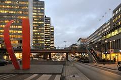 """""""Di-eder"""" av G. Marcus, Södra Sveavägen i Stockholm (Bochum1805) Tags: sculpture dusk hötorgsskraporna curtainwall skymning höghus dieder 19601966 gertmarcus trumpetstöt defemtrumpetstötarna sveavägenshöghus skulpturvidsergelstorg"""