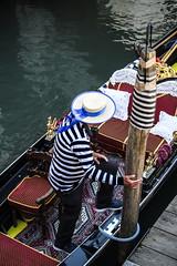 Venetian Stripes (Rana Saltatrice) Tags: stripes venezia venixce veneto italy acqua ater lagoon gondola gondoliere tourists tradition boat barca bricoe cappello hat scorcio canon100d rebelsl1 valentinaconte