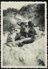 Archiv H169 Ostseeferien, 1960er (Hans-Michael Tappen) Tags: archivhansmichaeltappen strand ostsee meer dne familie kind junge boy vater mutter ddrzeit ddr ostalgie strandkleidung 1960er 1960s