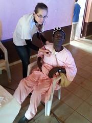 Janine untersucht einen Patienten, Babouantou