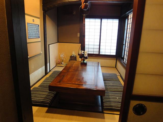 後ろを向くと、6人部屋の個室がありました。|銀風亭