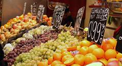 clementinas muy dulces (PROYECTO ELECTRONICA) Tags: frutas calle san comida colores mercado contraste formas seleccin naranja realismo cartel brillo redonda uvas bascula compra josep saturacin boquera frutera esttica encuadre puesto enfoque