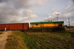 G8 locomotive from Morón in Santa Clara city limits (lezumbalaberenjena) Tags: g8 mantequilla mantequillera locomotora locomotive cuba villas villa santa clara 2009 lezumbalaberenjena