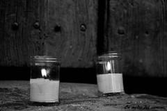Luz en mi dintel / Light at my doorstep (En medio del camino) Tags: europe europa espaa spain castillalen segovia pedraza noche night velas candles nochedelasvelas nightofthecandles bn bw madera wood puerta door monochromatic