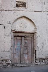 NIZWA - OLD YEMENI STYLE DOOR (Punxsutawneyphil) Tags: door wood old architecture wooden asia asien alt middleeast arabia architektur yemen arabian oriental orient oman holz tr loam nizwa yemeni arabien alhamra lehm hlzern  morgenland mittlererosten