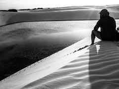 No topo da duna (felipe sahd) Tags: topo brasil pessoas noiretblanc lagoa maranho dunas barreirinhas cume lenismaranhenses 123bw