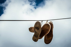 Someone lost their shoes (rogeriobromfman) Tags: brazil sky brasil shoes funny sopaulo cu sneakers odd nuvens hanging powerline engraado cluds sapatos tnis estranho pendurados cabodefora