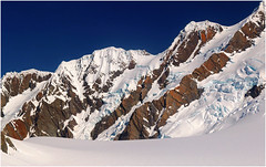 Gipfelschnee (Prinz Wilbert) Tags: schnee newzealand sky mountain snow himmel bluesky glacier berge summit southisland gletscher southernalps aotearoa blauerhimmel neuseeland nuevazelanda risse sdinsel gipfel nyazeeland nouvellezlande  sdalpen selandiabaru