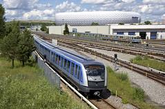 Vor dem Schlauchboot, der Allianz Arena, rauscht C2-Zug 702 in den Bahnhof Frttmaning (Frederik Buchleitner) Tags: 702 allianzarena c2 c2zug frttmaning linieu6 mvg munich mnchen siemens subway technischebasis ubahn untergrundbahn