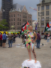 Zomer in de stad (Harry -[ The Travel ]- Marmot) Tags: holland nederland netherlands dutch hollands nl amsterdam mokum stadsarchief stad city urban stedelijk stads model naked naakt bodypaint dedam damsquare palestijns protest palestine flag vlaggen toerisme tourism olympusomdem5 allrightsreservedcontactmebyflickrmail gvb tram streetcar tramm tramvaiul tramvay tramwaj tramwaje tranvia strasenbahn strassenbahn tramways tramvie tranvias trams tramway openbaarvervoer publictransportation transport rail smile blonde mettoestemming nude bloot verf lichaamsverf art kunst woman girl vrouw
