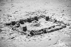 Chateau de sable 1 (icodac) Tags: canon noiretblanc plage portlanouvelle chateaudesable efs18135mmf3556is eos70d