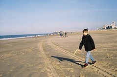 Uitwaaien met Sam (bart_) Tags: beach strand gold sam kodak scheveningen 400 electro 35 gs yashica
