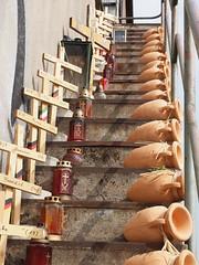 Gedenkstätte für die Opfer (Grafik-Ecki) Tags: duisnburg loveparade treppe stufen