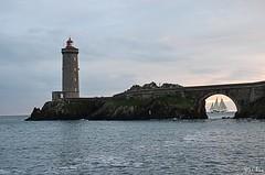Phare du Minou + Rara Avis (Jakezjr) Tags: bretagne bateau rara avis finistere plouzane phareminou