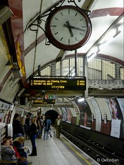 London Tube Station (oxfordian.world) Tags: england london station platform ubahn gb tubestation bahnsteig londontransport grossbritannien publicclock oxfordian lumixlx7 oxfordianworld