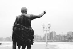 le btisseur (patoche 38) Tags: blackandwhite statue town noiretblanc ciudad asturias estatua gijon ville