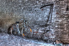 Fauché en pleine gloire (urban requiem) Tags: old urban abandoned bike bicycle wall vintage lost belgium belgique decay belgië faux exploration maison bicyclette mur derelict hdr vélo verlassen boon ancien briques urbex hous abandonné huize verlaten faucheuse 600d maisonboon
