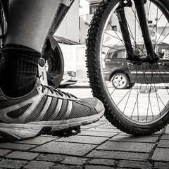 142/366 - Schuhe / Shoes (Boris Thaser) Tags: street city people blackandwhite bw man bike bicycle sport project germany bayern deutschland bavaria cycling clothing shoes flickr cyclist adult candid rad streetphotography scene 11 menschen clothes explore stadt creativecommons photoaday sw mann 365 adidas unposed schuhe fahrrad projekt augsburg tog pictureaday radfahrer kleidung radfahren szene 366 ungestellt fahrradfahren bekleidung schwarzweis project365 strase project366 erwachsener strasenfotografie streettog sonyrx100ii sonydscrx100ii zweisichtde zweisichtig