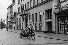 push (mo.bru) Tags: street people blackandwhite monochrome bicycle fuji father son sw wesel 2016 schwarzweis strase xpro2