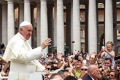 """I got you!"" / Papa Francisco, Roma / Pope Francis, Rome (Ramon Oria) Tags: pope rome roma square francis francisco place papa franois sanpietro petrus pape papst franziskus petersplatz  plazadesanpedro saintpierre  placesaintpierre franciskus  stpeterssquare  stpeters  papstfranziskus"