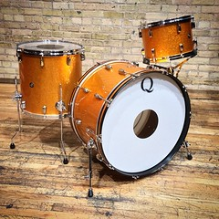 Here is a nice traditional gold sparkle (not glass) wrapped mahogany set. Love how classic this turned out. You can see it and hear it on tour with @readepryor and @blondfire!! #qdrumco #mahogany #blondfire