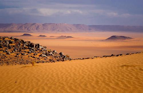 Weitläufig und mit vielen Farbschattierungen präsentiert die Wüste sich