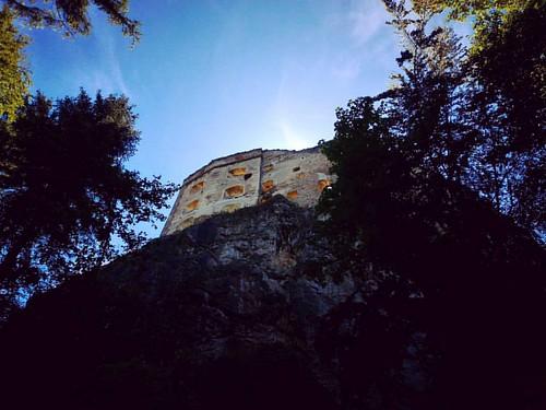 Zaujímava zrúcanina hradu na kopci nad obcou Likavka,  ktorého hlavnou úlohou bolo strážiť dôležitú cestu z Považia na Oravu a do Poľska.