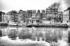 Amsterdam (Bruno MATHIOT) Tags: europe city ville eau water canal french photomatix nb noiretblanc bw black white monochrome mono eos canon sigma outdoor reflets reflections 1020mm ultra grand angle wideangle