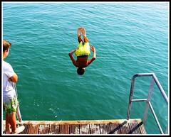 Salto arrire ! Qui fait mieux ? (Les photos de LN) Tags: concours plongeon saltoarrire enfant baigneur jeux plage vacances t jete le noirmoutier vende ocanatlantique